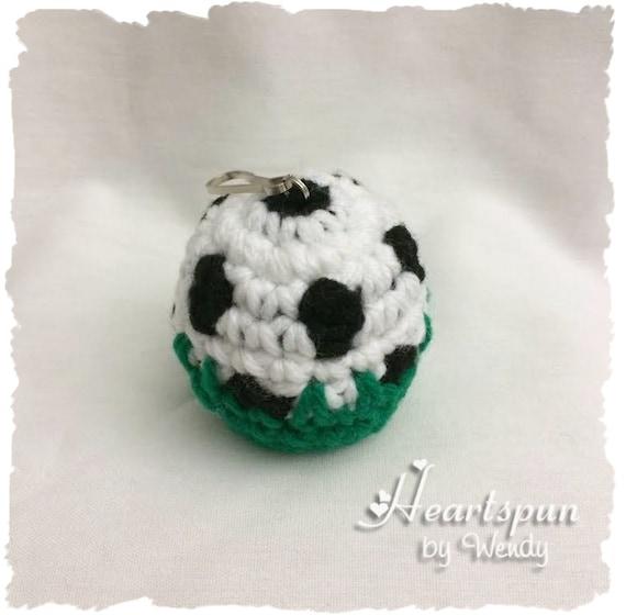 Balón de fútbol en el césped EOS Lip Balm o sostenedor del | Etsy