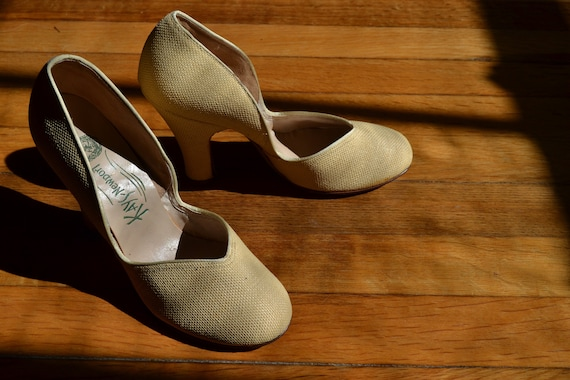 d0eecde64a08 Vintage 1940s Betty Grable Style Beige Linen Pumps Size 5 1 2