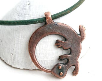 Lizard Circle pendant, Antique Copper Gecko metal charm, Greek metal casting, 1pc - F433