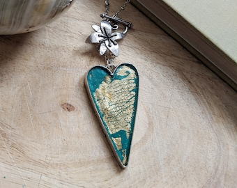 Emerald green and gold heart necklace with floral clasp, forest green heart pendant, green necklace with toggle clasp, green gold pendant