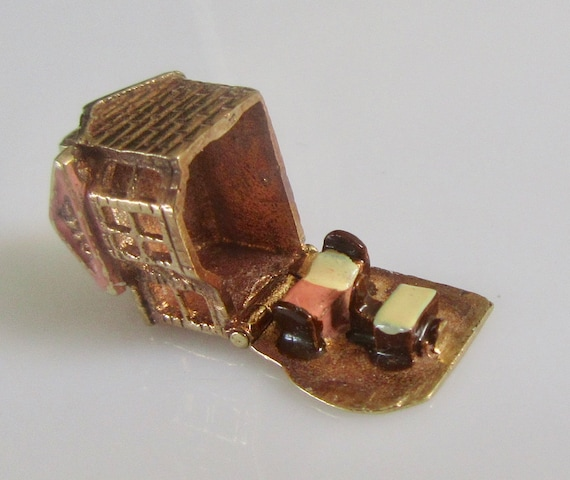 9ct Gold Dolls House & Enamel Furniture Charm Open