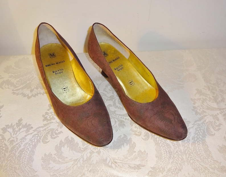 90cc2c9597f72 Vintage Bruno Magli Brown Pumps Shoes Size 6 1/2 B Embossed Suede