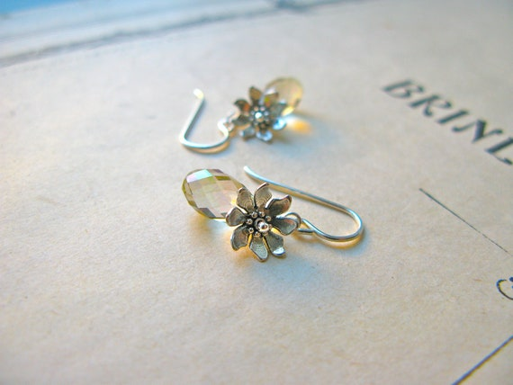 Petal earrings in light c...