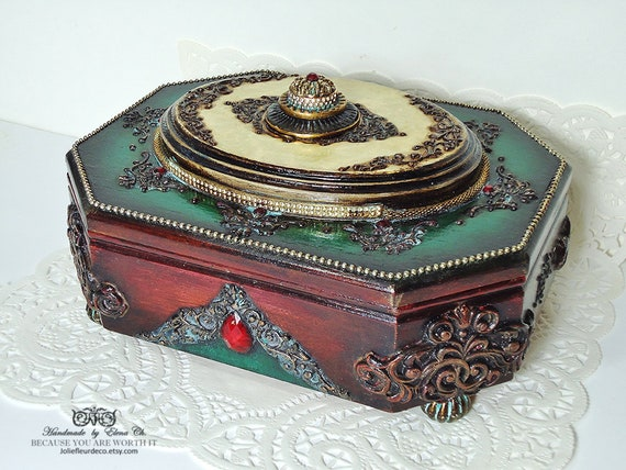 Old box-jewelry box and cover by textile Jacquard.Avec beautiful tassel.