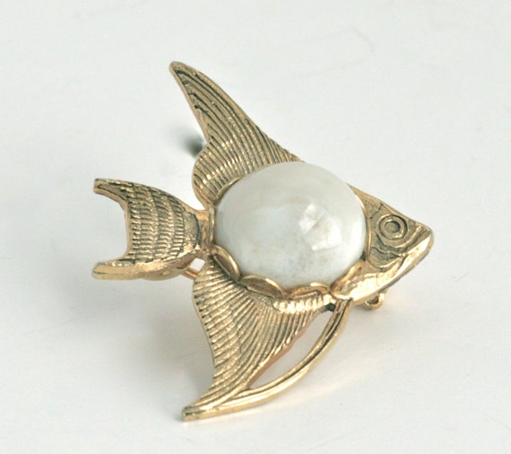 Adorable Gold Tone Fish Pin Brooch with Glass Cabochon // Vintage Jewelry