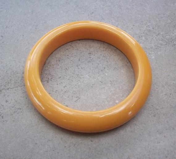 Butterscotch Bakelite Bangle Bracelet  /   Bakelit