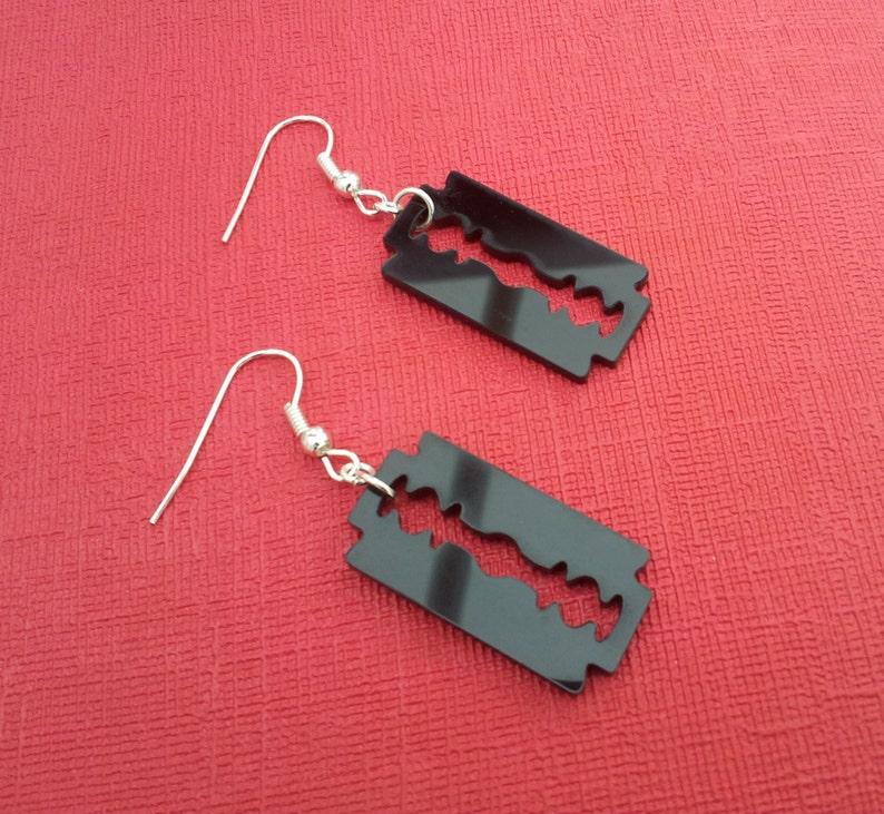 56236cc90063 Navaja negra hecha a mano aretes de encanto Emo gótico
