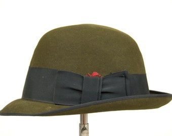d7e51bd34d0 1950s Short Brim Bowler Towncraft Fedora Hat with Feathers size 6 7 8