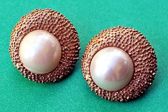 Vintage 1950s Pr CROWN TRIFARI EARRINGS With Large Dome Faux White Cabochon Pearl Center In Art Deco Textured Gold Tone Clip On Signed
