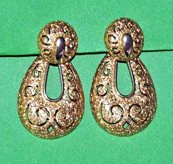 Vintage 1960s SARAH COVENTRY Drop Gold Tone Cut Out Filigree Clip-On Earrings Signed Excellent Vintage Condition