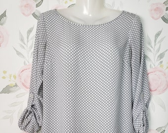 Cute Loose Fitting Spring White Top women/'s size SP Small Boat Neck Blouse Ann Taylor Petites Summer