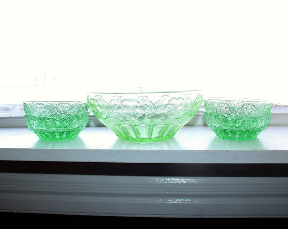 Green Depression Glass Large Bowl and 4 Berry Bowls Vintage 30s Daisy
