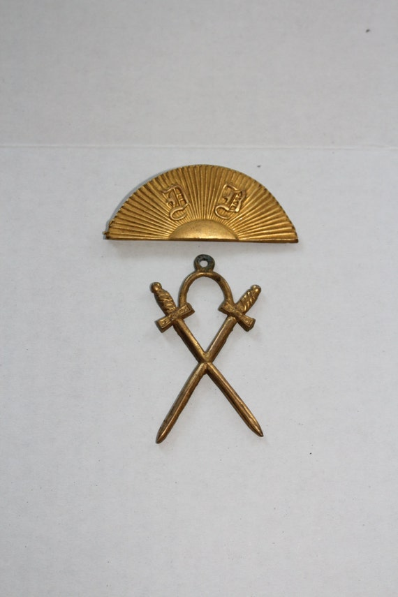 Antique Odd Fellows Lodge Officer Badge Masonic Pin Crossed Swords