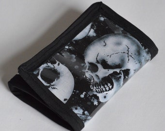 Folding unisex wallet in a skull fabric with clear vinyl top layer