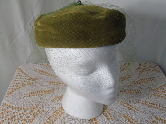 Green Velvet Pill Box Hat with Marche Hat Box - image 4
