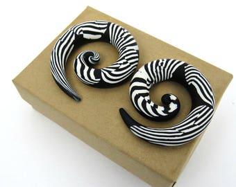 Stripe black and white ear plugs/ Earplugs/ Ear gauges/ homemade ear plugs/ best ear plugs/ Custom ear gauges/ black and white ear gauges