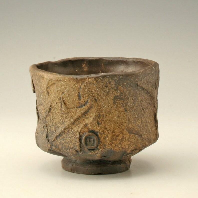 bol à thé terreux brun et noir, christelle rustique, bol à thé japonais wabi sabi, yunomi biologique, aspect bois poterie cuite, tasse en grès, Sophie