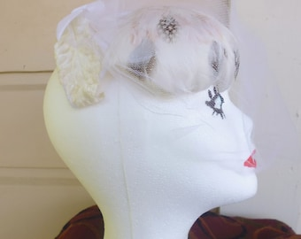 White feathered half hat, veiled half hat, 1950s hat, cocktail hat, wedding hat, cosplay hat, velvet bow hat, black and white hat