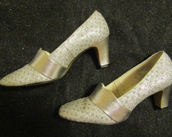 33a5f3ee935 1960 s Ladies SILVER PUMPS by Risque--Size 6 B