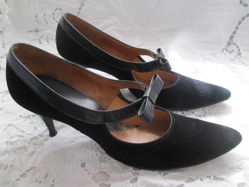 ed3ce66a8fbab 1960's Ladies Black Suede/Leather Trim PUMPS with Leather Front Bow 7AA
