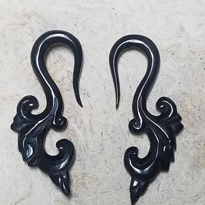 Hand Carved Horn Organic Hook Ear Tapers Pincher Gauges and Plugs,Floral Design For Girls Body Piercing Jewelry For Ear Lobe