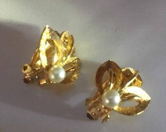Vintage 1980s golden Fleur de lis and pearl clip-on earrings