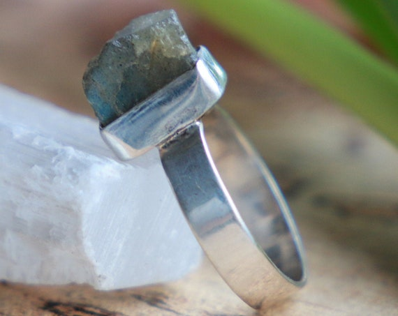 LABRADORITE CHIP RING - Sterling silver - 925 ring - Natural Crystal - Rough Gem - Raw - Crystal - Glowing iridescent - Throat Chakra stone