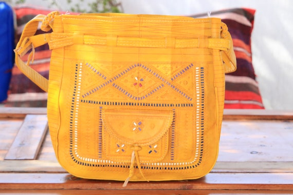 AMAZING YELLOW HANDBAG - Bucket Shoulder bag -  Hand tooled Satchel - Bohemian Leather bag - Hippie - Vintage 60's bag - 70's summer bag