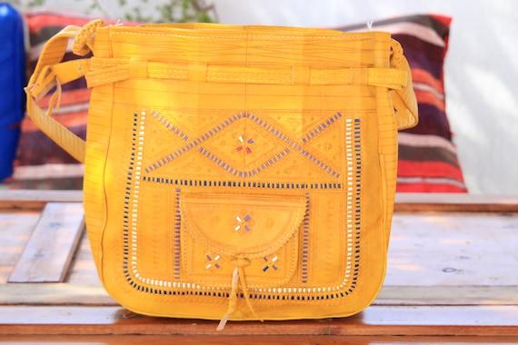 AMAZING YELLOW HANDBAG - Bucket Shoulder bag -  Hand tooled Satchel - Bohemian Leather bag - Hippie - Vintage 60's bag - 70's summer bag