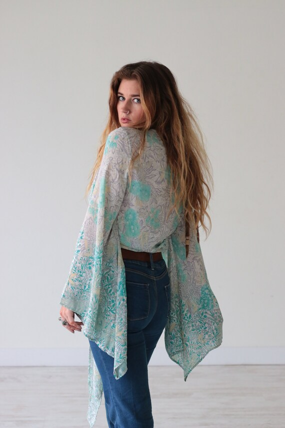 f8eb5c234c8d09 BILLOWING BELL SLEEVE Bell sleeve Crop top Paisley