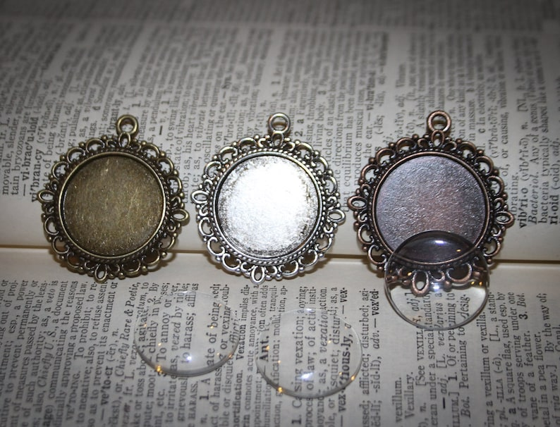 photo covers  Round Lacy Edged 2 COMPLETE KITS to make Wedding Bridal Wedding Bouquet Charms  Pendants 20mm Something Blue Gift for Bride