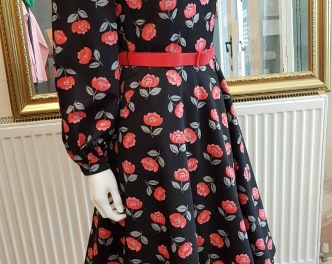 Vintafe vtg Poppy Novelty Print 70s does 50s Long Sleeve Dress with Keyhole Bust and Pockets S /M