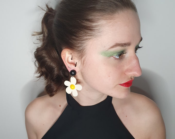 Cute  1960s style Flower Power Daisy Earrings for pierced ears