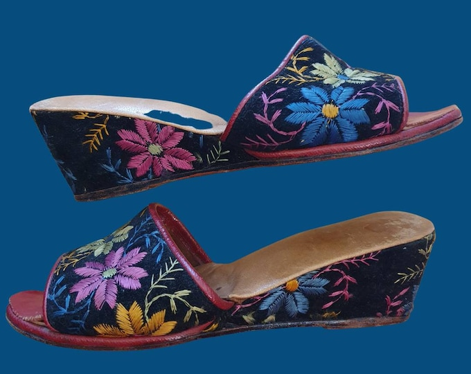 Beautiful Vintage 1930s 30s Pretty Floral  Embroidered Slip On Wedge Mule Peeptoe Sandals Size 3