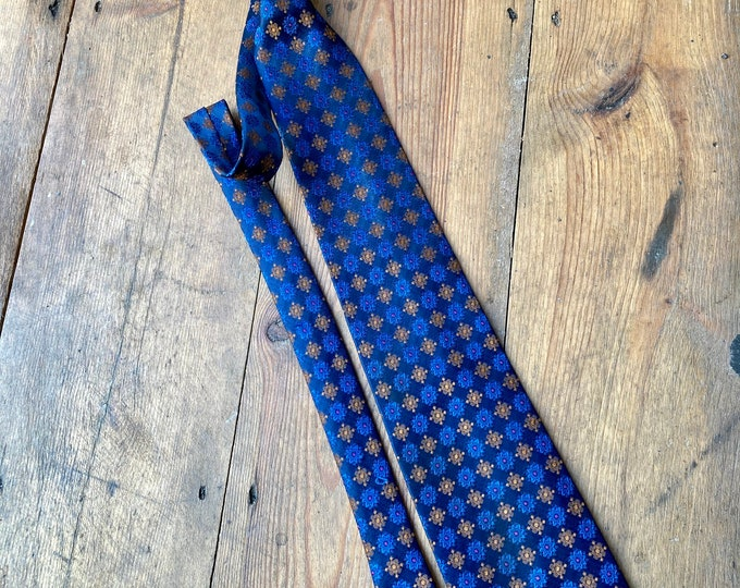 Vintage 60s 1960s Top Man Daisy Print Polyester Tie in blue and gold.