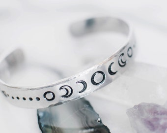 Universum-Armband. Mondphasen. Himmlische Armband. Hand gestempelt Geschenk. Mond-Phase-Manschette. Silberner Mond-Phase-Manschette. Himmlische RTS CA035