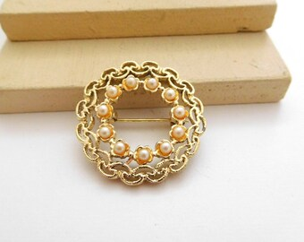 Retro Vintage Gold Tone Cream Seed Pearl Wreath Brooch Pin A26