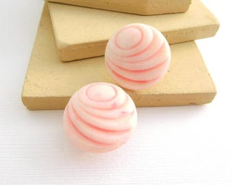 Vintage Pastel Pink Molded Plastic Shell Design Dome Clip On Earrings GG24