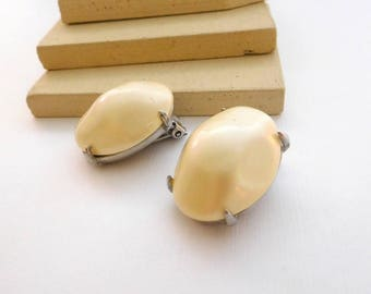 Vintage Richelieu Chunky Off-White Baroque Faux Pearl Clip On Earrings K50