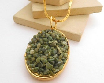 Vintage Green Jade Chip Mosaic Inlay Gold Tone Locket Pendant Necklace H46
