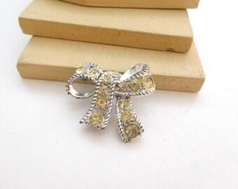 Vintage Cream Yellow Rhinestone Silver Tone Ribbon Bow Brooch Pin N36