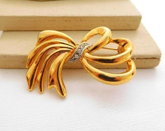 Late Vintage Gold Tone Rhinestone Flourish Bow Brooch Pin OO17