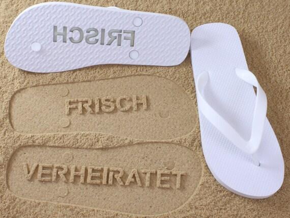 13cbfe6d5e2064 Frisch Verheiratet Flip Flops-  Überprüfen Sie die Größentabelle vor der  Bestellung