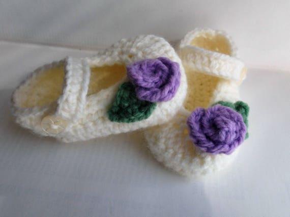 Chaussures de bébé violet et crème, chaussure de lit de bébé avec fleur; 0-3 m chaussons pour bébé, chaussures de bébé fille, chaussures de bouton de rose de fleur; prêt à être expédié, vendeur Royaume-Uni