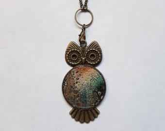 Pendant necklace with fluid paint design