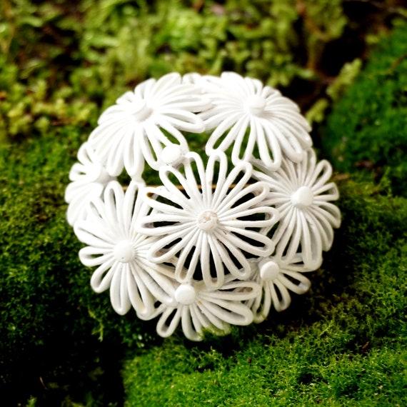 Vintage White Daisy Brooch Open Flower Cluster Pin 60s Enamel Metal Dome Shaped Brooch Monet Costume Jewelry Mod Power Flower Monochromatic
