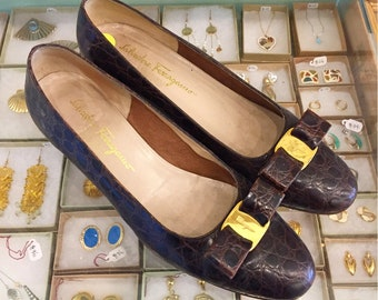 Vintage 80s classic ferragamo brown alligator skin bow flats  Size 10 B (may also fit size 9 1/2 ) Made in Italy