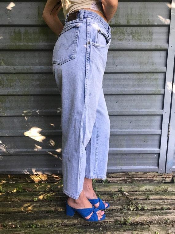 1980s light wash cropped, frayed Wrangler jeans   size 34x29