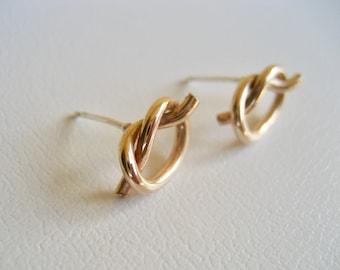Kärleksknut stiftörhängen guld love knot örhängen 14k gold filled, vänskaps örhängen