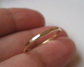 Ring i 14k gold filled hamrad, förlovningsring, vigselring